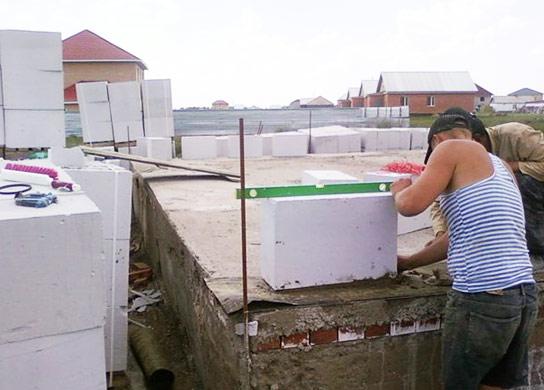 Также строительство домов из газобетонных блоков позволяет сократить сроки строительства за счет своей легкости
